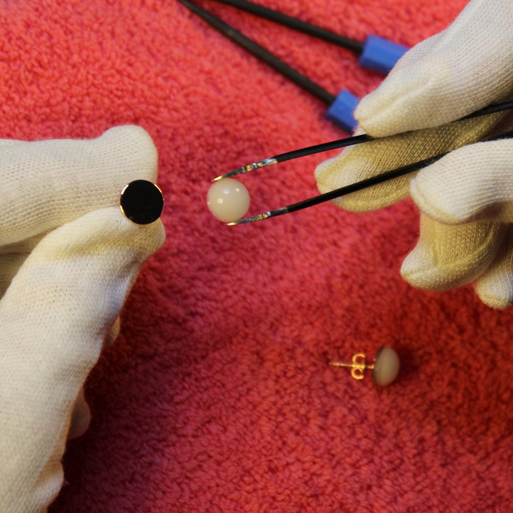 Herstellung Muttermilchschmuck Cabochon in Ohrring einfassen